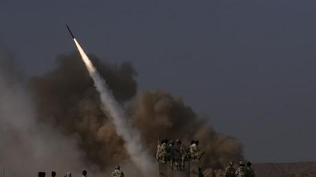 Iranische Revolutionsgarden beobachten einen Raketenstart in Teheran, Iran, 28. Juni 2011.