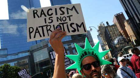 Ein Aktivist wendet sich auf einer New Yorker Kundgebung gegen den weißen Nationalismus ultrarechter Gruppierungen