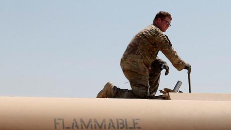 Ein US-Soldat füllt einen Tank auf einem Militärfahrzeug auf der Qayyara-Luftwaffenbasis, 10. August 2017.