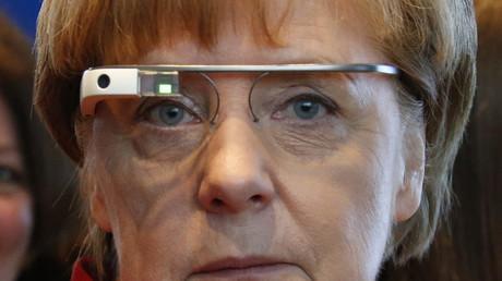 Angela Merkel mit Google-Brille anlässlich eines Karrieretags für Mädchen im Kanzleramt; Berlin, Deutschland, 27. April 2016.