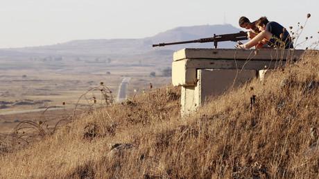 Touristen auf dem ehemaligen Tel-Saki-Armeeposten auf den Golanhöhen; Israel, 3. Juli 2013.