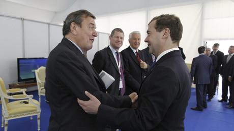 Dmitri Medwedew mit Gerhard Schröder während eines Forums in St. Petersburg, Russland, 20. Mai 2011.