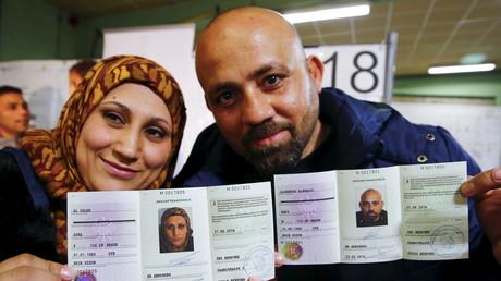 Viele der Syrer, die in Deutschland Schutz fanden, würden gerne wieder in ihre Heimat zurückkehren. Da die deutschen Behörden dies nicht unterstützen, verkaufen etliche Flüchtlinge ihre deutschen Dokumente an Schleuser im Internet, um so ihre Reise nach Syrien zu bezahlen.