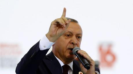 Der türkische Präsident Recep Tayyip Erdogan redet während einer Zeremonie zum 16-jährigen Jubiläum seiner Gründungsgründung der AK-Partei in Ankara, Türkei, 14. August 2017.(Symbolbild)