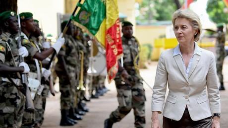 Deutsche Verteidigungsministerin Ursula von der Leyen mit militärischen Ehren in Bamako, Mali, 1. August 2017.
