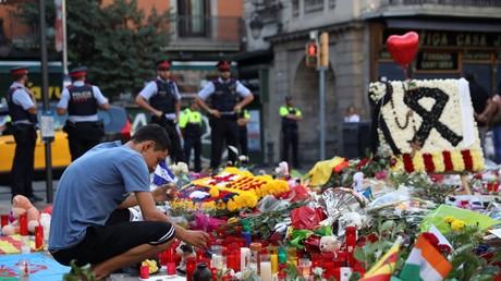 Ein Mann trauert um die Opfer des Terroranschlags in Barcelona.