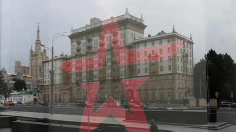 Die US-Botschaft in Moskau reflektiert sich in der Glasscheibe eines Armee-Ladens, Russland, 28. Juli 2017.