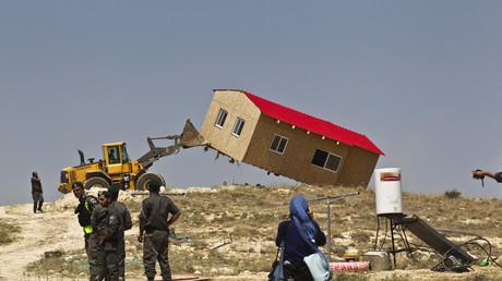 Bulldozer entfernen das Haus von illegalen jüdischen Siedlern in Maale Rehavam, Westjordanland, Israel, 14. Mai 2017.
