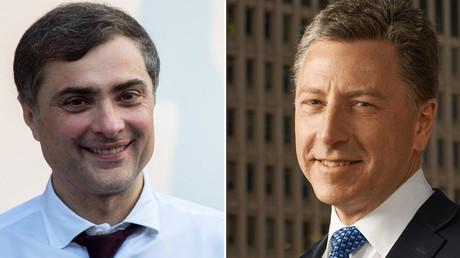 Der US-amerikanische Ukraine-Sonderbeauftragte Kurt Volker (r.) und der Berater des russischen Präsidenten, Wladislaw Surkow (l.).