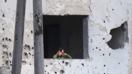 Ein Junge blickt aus einem durch die US-Koalition zerstörtem Gebäude in Rakka, Syrien, 24. November 2016.