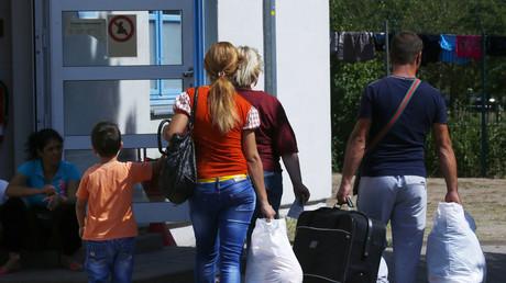 Migranten treffen in einer vorübergehenden Unterkunft in Ingelheim ein. Wirtschaftsvertreter fordern mehr Zuwanderung, um die Sozialausgaben in Deutschland zu senken.