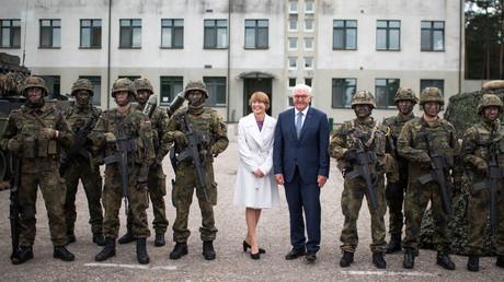 Der deutsche Bundespräsident Frank-Walter Steinmeier mit seiner Frau Elke Büdenbender bei dem Besuch der deutschen NATO-Truppen im litauischen Rukla am 25. August 2017