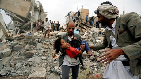 Ein Mann trägt Buthaina Muhammad Mansour aus den Trümmern ihres Wohnhauses nach einem Saudi-Bombardement, welches acht ihrer Familienmitglieder tötete, Sanaa, Jemen, 25. August 2017.