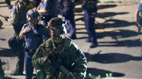 Eine schwer bewaffnete SWAT-Spezialeinheit am Rande einer Demonstration im Juni in Minnesota. Auch diese Spezialeinheiten zählen zu den Empfängern militärischen Geräts.