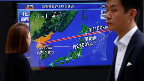 Fußgänger passieren einen Bildschirm mit Nachrichten über den neusten Raketentest aus Nordkorea, Tokio, Japan, 29. August 2017.