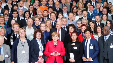 Angela Merkel mit Freiwilligen, die Flüchtlingen helfen, Berlin, Deutschland, 7. April 2017.