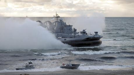 Ein Marineschiff während des Manövers Zapad 2013 in der Ostsee vor dem russischen Kaliningrad.