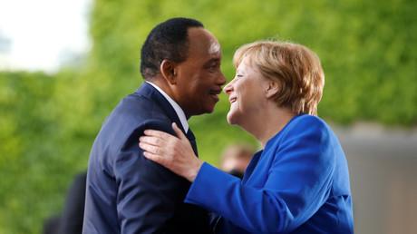 Bundeskanzlerin Angela Merkel begrüßt den Präsidenten des Niger, Mahamadou Issoufou, im Kanzleramt.