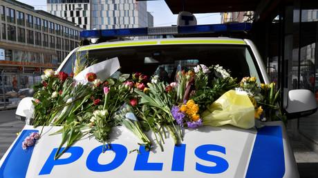 Blumen auf einem Polizeifahrzeug nach dem Terroranschlag in Stockholm, Schweden, 9. April 2017.
