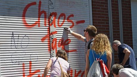 Bewohner entfernen ein Graffiti nach den Ausschreitungen während des G20-Gipfels in Hamburg. Jedes noch so kleine Vergehen kann zu einem dauerhaften Eintrag in die polizeilichen Datenbanken führen.