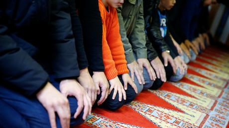 Mitglieder einer Kölner Gemeinde beim Gebet.