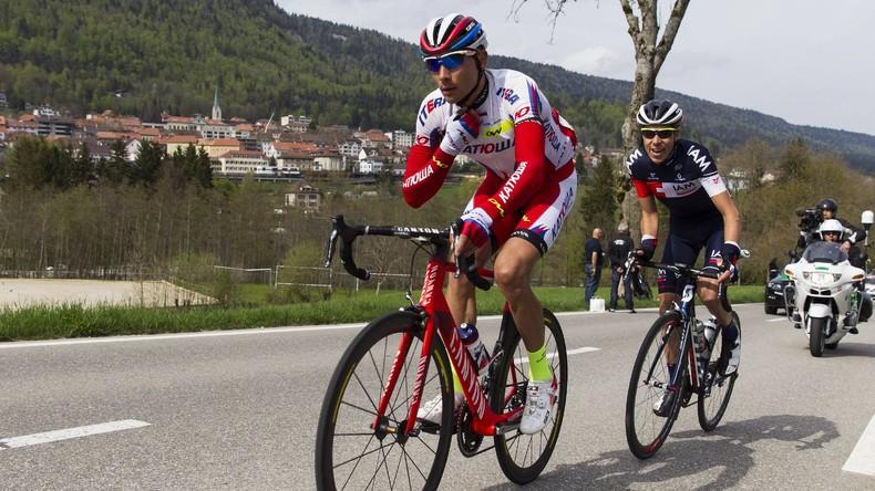 Zuschauer stößt russischen Radrennfahrer bei Rennen in Spanien auf Straße [VIDEO]