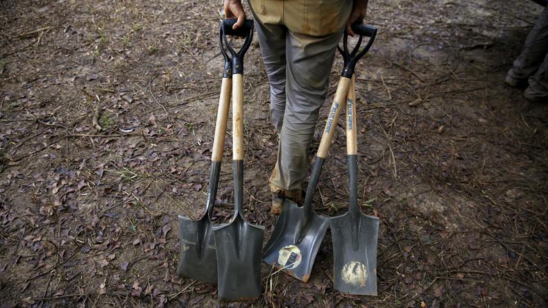 Ungarische Totengräber veranstalten Wettschaufeln