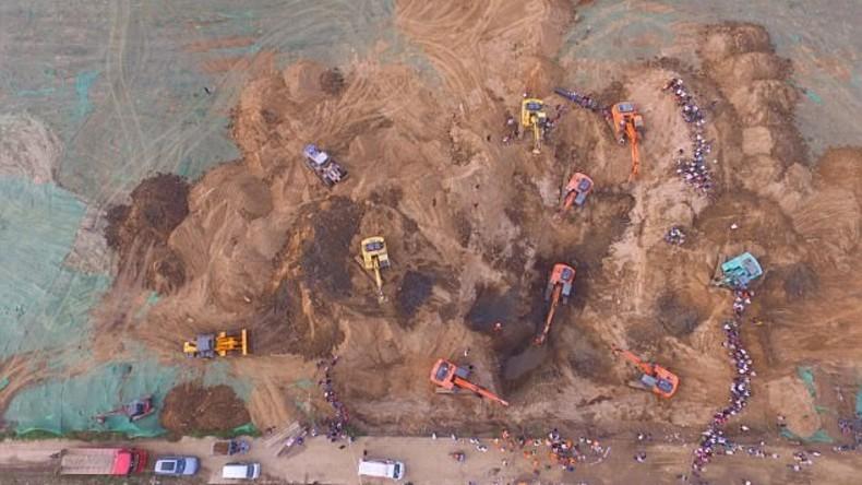 Über zehn Bagger bergen Kleinkind aus 50 Meter tiefem Bohrloch in China [FOTOS]