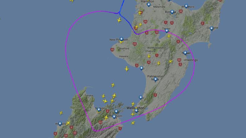 Herz für Kinder: Boeing mit kranken Kindern an Bord zeichnet großes Herz in die Luft über Neuseeland