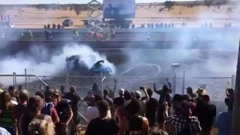 Australischer Rennfahrer spritzt brennendes Benzin in die Zuschauer – 12 Verletzte [VIDEO]