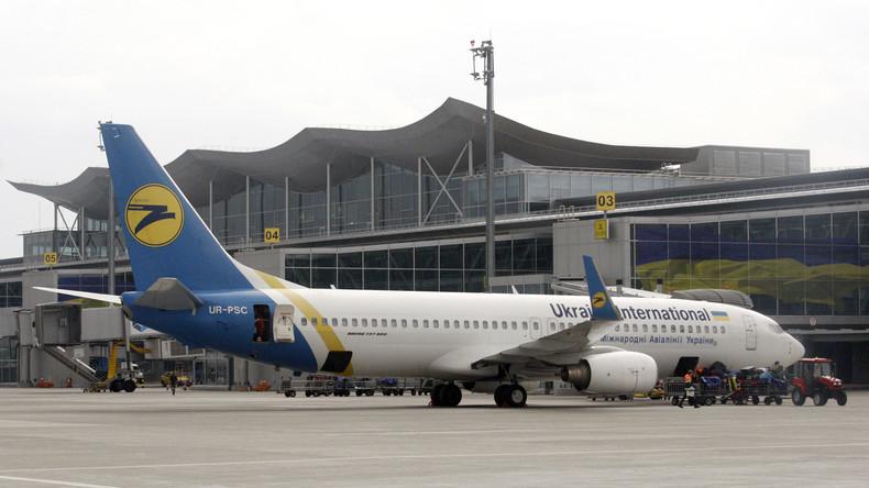 In der Hocke nach New York: Ukrainer kriecht an Passkontrolle vorbei [VIDEO]