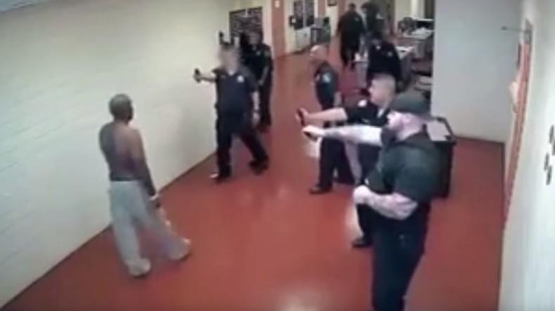 Fünfzehn gegen einen: US-Gefängniswärter konnten Häftling kaum überwältigen [VIDEO]