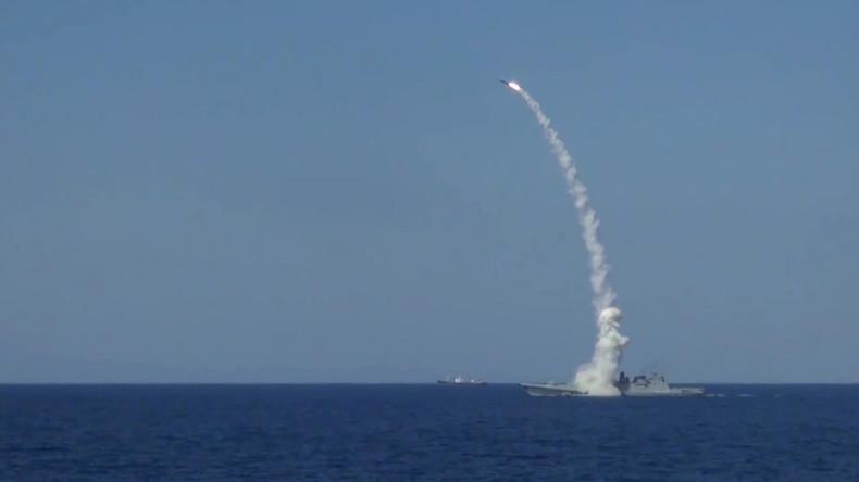 Russische Marine feuert Marschflugkörper auf IS-Stellungen bei Deir ez-Zor ab [VIDEO]