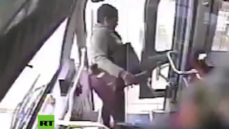 USA: Warum nur? Frau überschüttet Busfahrer mit Urin, der ihr einen schönen Tag wünschte