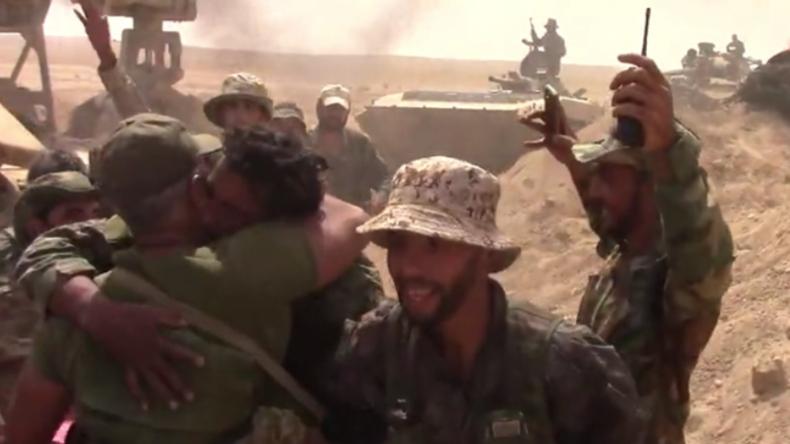 Deir ez-Zor: Soldaten und Zivilisten feiern Sieg über IS und fallen sich vor Freude in die Arme