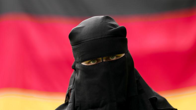 Berlin: Frau im Nikab greift Verkäuferin wegen Dessous neben Kopftüchern im Schaufenster an