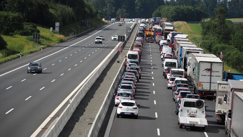Frankfurt: Fahrer stellen im Stau Campingstühle auf der Autobahn auf und behindern Rettungseinsatz