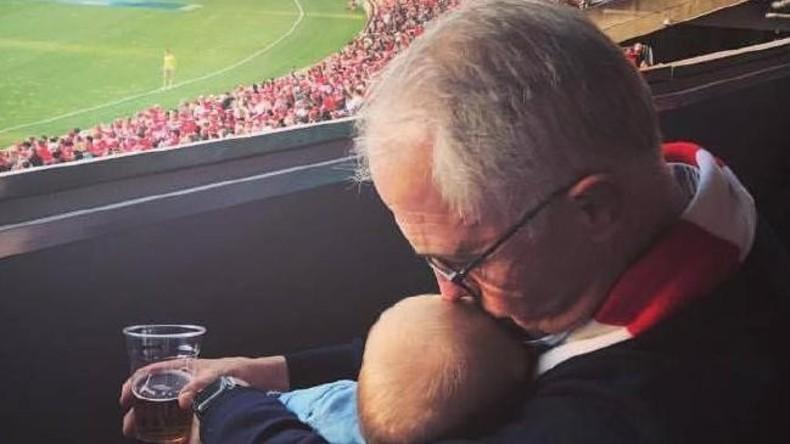 Enkelin auf dem Arm und Bier in der Hand - Australischer Regierungschef erntet Ärger im Netz
