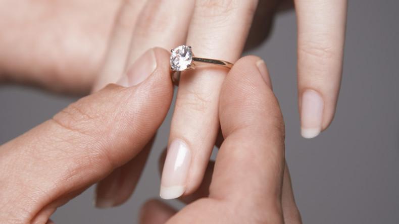 Verlobung ins Wasser gefallen: Mann verliert bei Antrag auf Brücke Ring [FOTO, VIDEO]