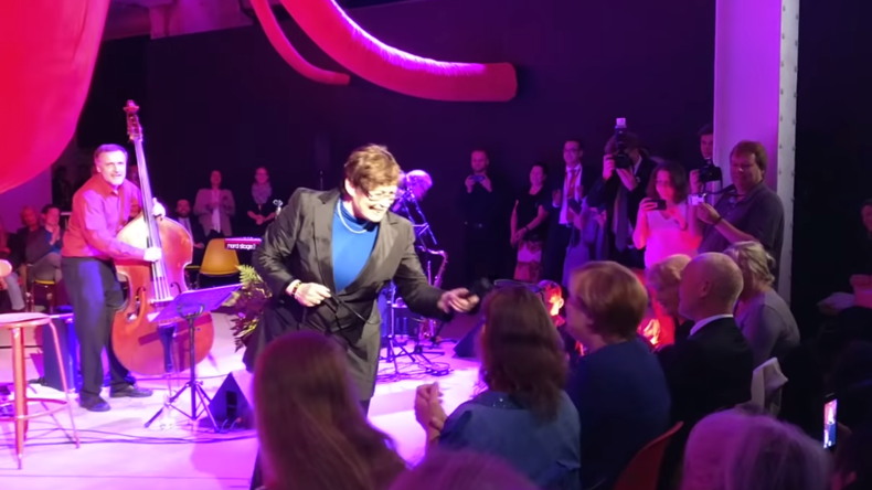 """Strange Things Happen Every Day"" - Merkel singt zu Jazz-Musik in Berlin"