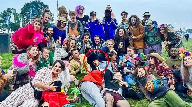 Der schlafende Schöne: 60 Menschen organisieren spontanen Flashmob um eingeschlafenen Mann [FOTO]