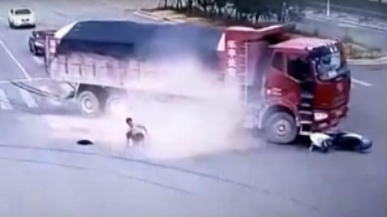 Chinese wird von zwei LKWs gestreift und bleibt am Leben [VIDEO]