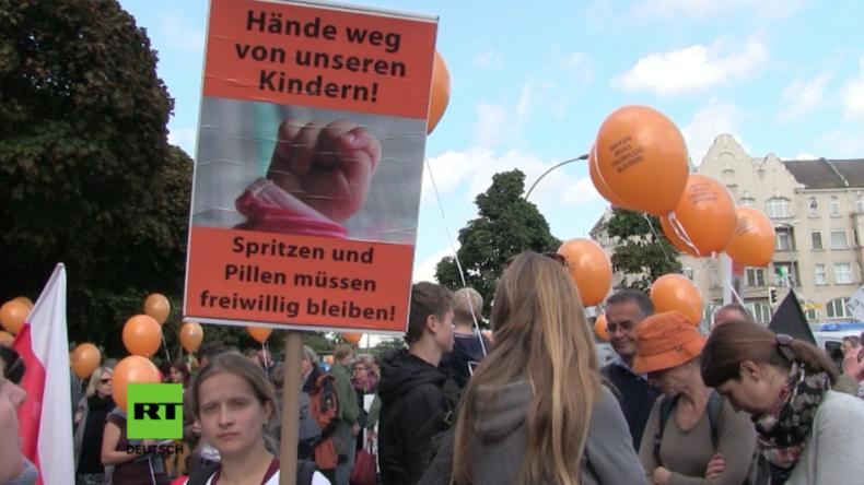 Berlin: Rund 200 Menschen protestieren gegen Impfzwang vor Bayer-Hauptsitz