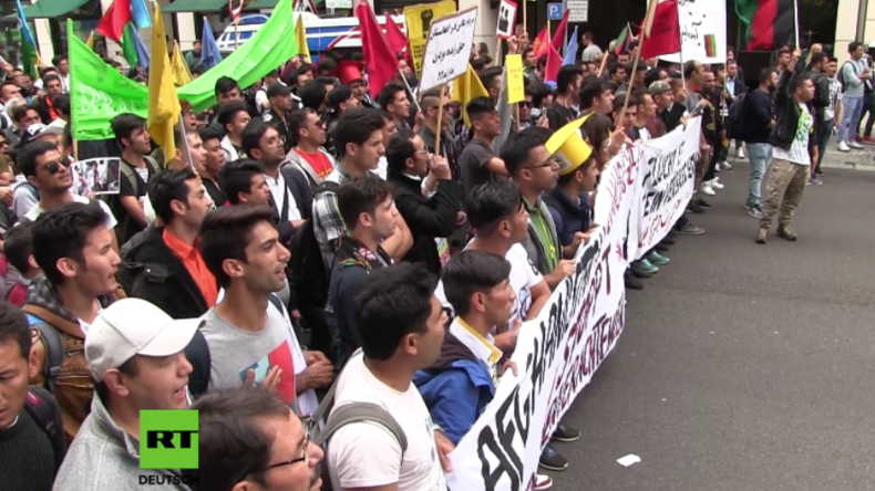 """Berlin: Tausende marschieren bei """"antirassistischer Parade"""" für mehr Flüchtlingsrechte"""
