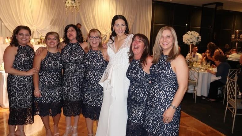 Kollektives Modebewusstsein: Sechs Freundinnen der Braut tragen das gleiche Kleid für 100 Euro