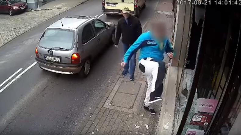 Sofortiges Karma: Pole schlägt Schaufenster ein und wird von Auto überfahren [VIDEO]