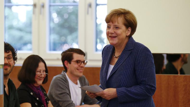 Live: BTW2017 – Angela Merkel gibt ihre Stimme im Wahllokal ab