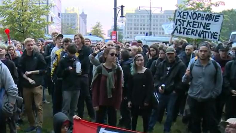 """""""Nazis raus!"""": Einzug der AfD in den Bundestag bringt hunderte Protestler auf die Straßen [Videos]"""