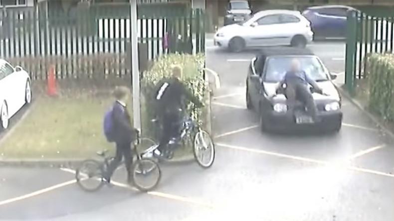 Mann fährt Lehrer auf Schulparkplatz absichtlich an - zehn Monate Haft [VIDEO]