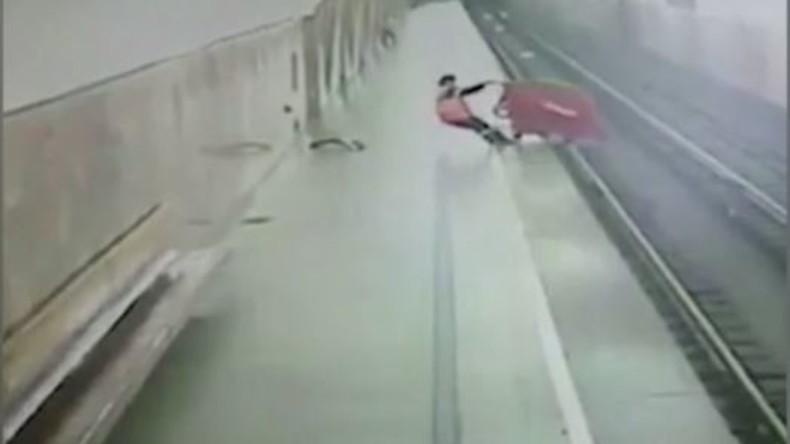 Keine Lust mehr auf Hierarchien: Staubsauger stürzt sich auf Gleise in Moskauer U-Bahn [VIDEO]